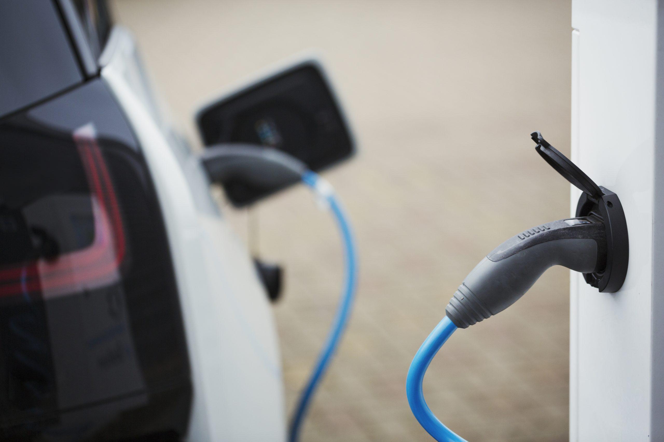 Voiture électrique en cours de charge